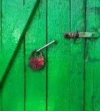 Grön dörr och gammalt lås Royaltyfria Foton