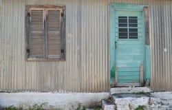 Grön dörr, stängd slutare, Assos, Kefalonia, Grekland Royaltyfri Foto