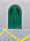 Grön dörrkullerstengata Royaltyfria Bilder
