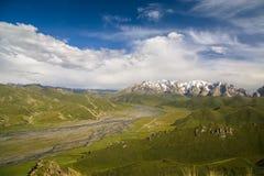Grön dal av Aksay med det snöig på Bashi berg, Kirgizistan Fotografering för Bildbyråer