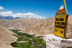 Grön dal i ointressanna Ladakh med en milstolpe Arkivbild