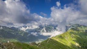 Grön dal och Kasprowy Wierch i den soliga dagen med moln, Polen, timelapse stock video