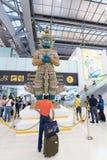 Grön demonstaty i den Bangkok flygplatsen Arkivfoto