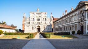 grön domstol och kyrka av Certosa di Pavia royaltyfri bild