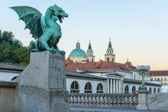 Grön drake på drakebron, marknad och kyrka av St Nicholas Royaltyfria Foton