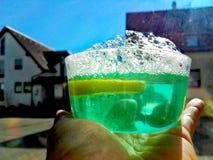 Grön drink med bubblor Royaltyfri Fotografi