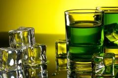 Grön drink med iskuber fotografering för bildbyråer