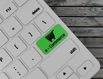 Grön E-kommers knapp på datortangentbordet royaltyfri illustrationer