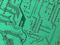 Grön elektronisk microcircuit Arkivfoton