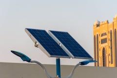 Grön energi för solpanel i en parkeringsplats som får effekt miljön, den räddningmakten och energin och brukssolen för att spara  arkivfoton