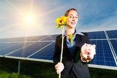 Grön energi - sol- paneler med blåttskyen Arkivfoto