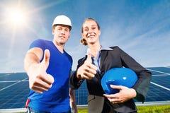 Grön energi - sol- paneler med blåttskyen Royaltyfria Bilder
