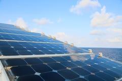 Grön energibakgrund, räddningenergi med grön energi, energiaffären, systemet för sol- cell och populär energi, station för sol- c Royaltyfri Fotografi