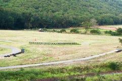Grön fält- och bergkulle Arkivfoto