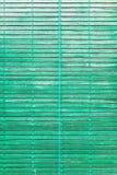 Grön färgrik gammal träslutare för fönster arkivfoton