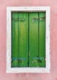 Grön fönster- och rosa färgvägg Royaltyfri Fotografi