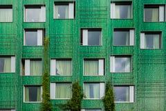 Grön fasad av studentlägenheter royaltyfri foto