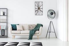 Grön filt på beige soffa fotografering för bildbyråer