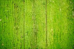 Grön flagnande målarfärg på Wood gammalt och slitet Royaltyfri Foto