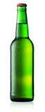 Grön flaska av öl med droppar Fotografering för Bildbyråer