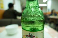 Grön flaska av kinesHarbin öl Arkivfoto