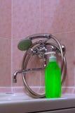 Grön flaska av schampo i badrummet Fotografering för Bildbyråer