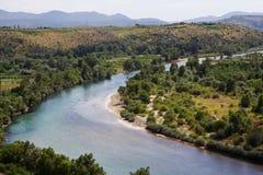 Grön flodstrand av den Neretva floden uppifrån av Pocitelj, Bosnien och Hercegovina Royaltyfri Foto