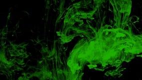 Grön flytande virvlar runt över svart stock video