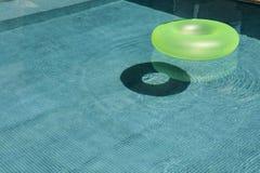 Grön flytandecirkel Royaltyfria Foton