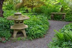 Grön fridfull japanträdgård Arkivbild
