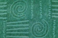 Grön frottéhandduk med den geometriska och spiral modellen Royaltyfri Foto