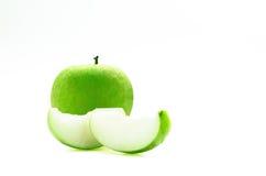 grön frukt på vit med den snabba banan Arkivfoto