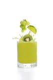 Grön fruktfruktsaft från kiwier, limefrukt och druvor royaltyfria foton