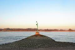 Grön fyr i floden Waal Arkivfoto