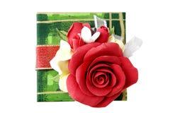 Grön gåvaask med den röda rosen royaltyfri bild
