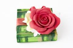 Grön gåvaask med den röda rosen royaltyfria bilder