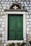 Grön gammal dörr i Dubrovnik Arkivbilder