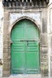 Grön gammal dörr och traditionella moroccan tegelplattor Royaltyfri Bild