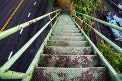 Grön gammal rostad trappa som ner går royaltyfri fotografi
