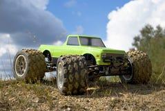 grön gigantisk rclastbil för bil Arkivfoton