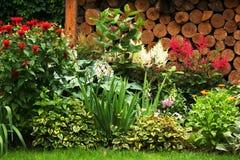 Grön gräsmatta i en färgrik landskap formell trädgård Härlig Garde vägg Royaltyfria Bilder