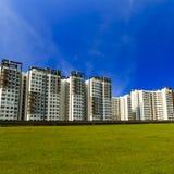Grön gräsmatta och highrise-Singapore Royaltyfri Bild