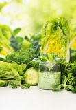 Grön grönsakfruktsaft i exponeringsglas med salladsidor Royaltyfri Foto