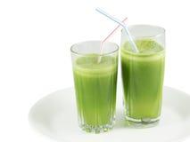 Grön grönsakfruktsaft i exponeringsglasen med sugrör Royaltyfri Fotografi