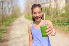 Grön grönsaksmoothie - sund livsstil royaltyfria bilder