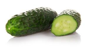 Grön gurka för helhet och för skiva arkivfoton
