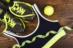 Grön gymnastiksko-, boll- och sportbehå Royaltyfri Foto