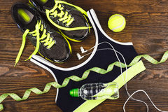 Grön gymnastiksko-, boll- och sportbehå Arkivfoto