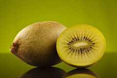 grön half kiwi Arkivbilder