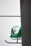 Grön helikopter inom byggnad Arkivbild